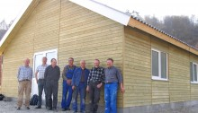 De 7 danskere før hjemrejsen d. 4. april 2014. Huset er rejst og gjort næsten færdigt sammen med rumænske medarbejdere fra omegnen.