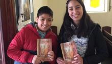 To unge fra den lutherske kirke i Montevideo, Uruguay med Hans Erik Nissens andagtsbog.