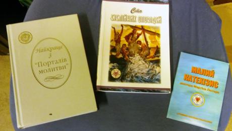 En ukrainsk andagtsbog, en børnebibel og Luthers lille katekismus hos DBM.